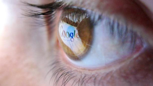 Google Logo spiegelt sich in Auge