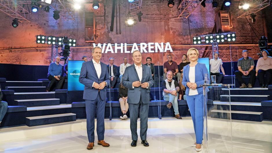 Der Kandidat und die Moderatoren: Armin Laschet (M.), Andreas Cichowicz  und  Ellen Ehni