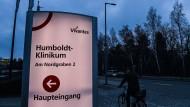 Hier kommt niemand mehr rein: Der Eingang des Humboldt-Klinikums am Montag