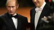 """Operettenpolitik: Stanislaw Tillich (rechts) überreicht Wladimir Putin in Dresden den """"Dankesorden"""""""