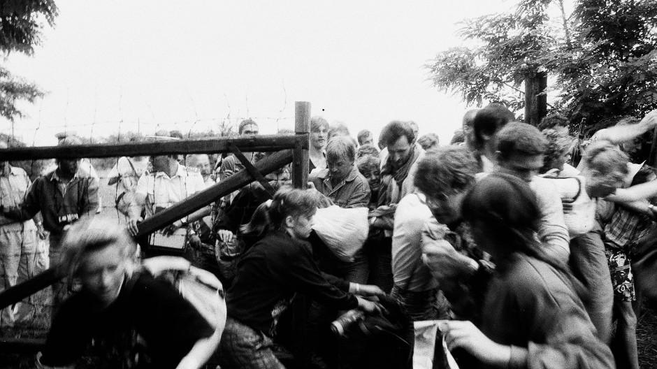 Während einer kurzzeitigen Grenzöffnung für das Paneuropäische Picknick flohen am 19. August 1989 hunderte DDR-Bürger von Ungarn nach Österreich