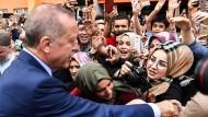 Umgeben von Anhängern: Der türkische Präsident Recep Tayyip Erdogan lässt sich von seinen Anhängern in Istanbul feiern.