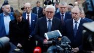 Bundespräsident Steinmeier vor der Hallenser Synagoge. Neben ihm stehen seine Frau Elke Büdenbender und der Ministerpräsident von Sachsen-Anhalt, Reiner Haseloff.