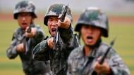 Soldaten der chinesischen Volksbefreiungsarmee bei einer Kampfübung in Peking.