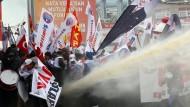 Wasserwerfer gegen demonstrierende Lehrer