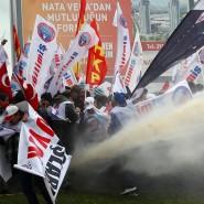 In die Menge: Mit dem Wasserwerfer sollen die Demonstranten auseinander getrieben werden.