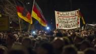 """Pegida-Aktivisten demonstrieren in Dresden mit Schlachtrufen wie """"Wir sind das Volk"""" und """"Lügenpresse, Lügenpresse!"""""""