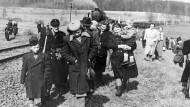 In der Nachkriegszeit aus der Tschechoslowakei vertriebene Sudetendeutsche während ihrer Ankunft in der Bundesrepublik Deutschland