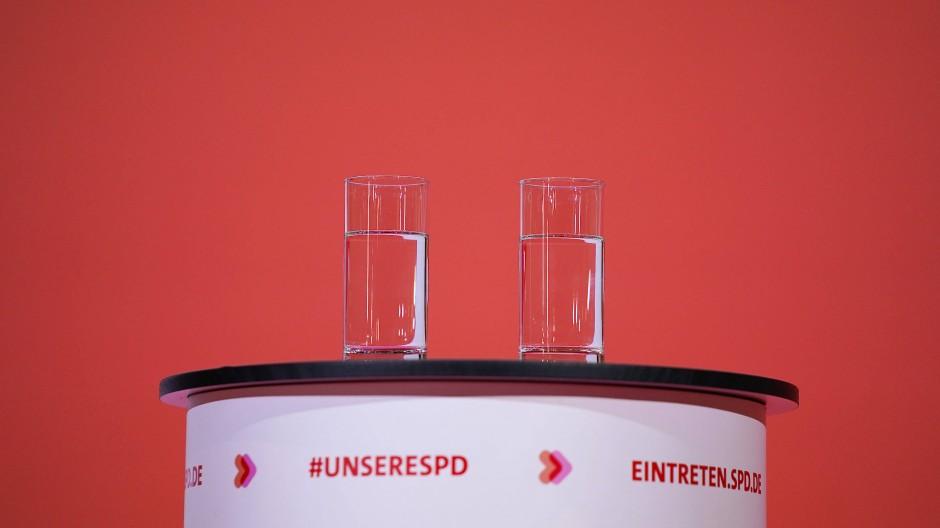 Halbleer: Zwei Gläser Wasser stehen bei der Bekanntgabe des Ergebnisses der Abstimmung zum SPD-Vorsitz im Willy-Brandt-Haus auf dem Rednerpult