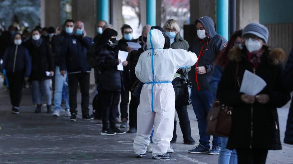 Mit einem dreitägigen Massentest, hier in Bozen, wollte die Regierung in Südtirol die Welle der Neuinfektionen brechen