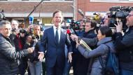 Ministerpräsident Mark Rutte vor seinem Wahllokal
