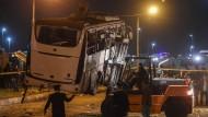 Der Bus nach dem Anschlag am Freitag