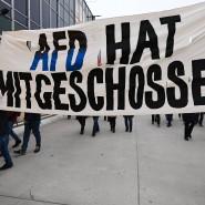 Nach den Attentaten von Hanau: Demonstranten zeigen ihren Zorn auf die AfD.