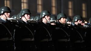 Grüner Verteidigungspolitiker stellt sich vor die Bundeswehr