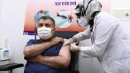 Der türkische Gesundheitsminister Fahrettin Koca lässt sich am Donnerstag gegen Corona impfen.