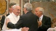 Papst Franziskus begrüßt bei der Verleihung des Karlspreises im Vatikan EU-Kommissionspräsident Jean-Claude Juncker.