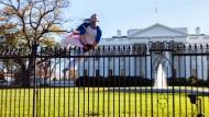 Mann klettert über Zaun des Weißen Hauses