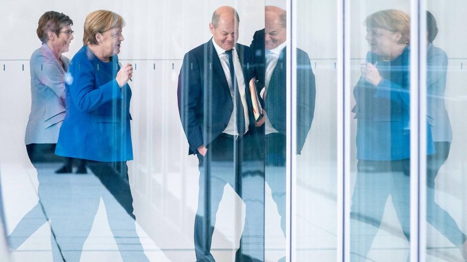 Es geht auch um ihre Zukunft: Kramp-Karrenbauer, Merkel und Scholz im Oktober im Bundestag