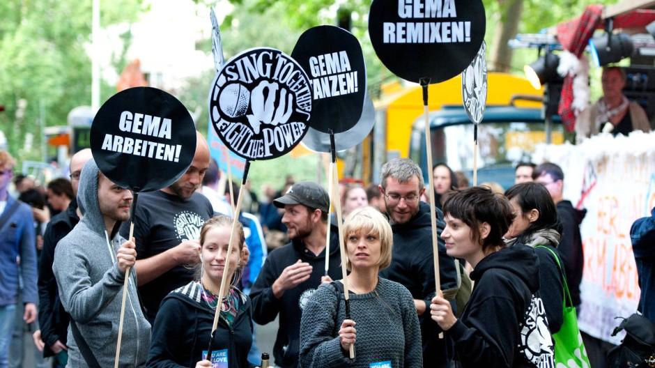 Die umstrittene Neuordnung der Gema-Tarife, gegen die es viele Proteste gab wie hier in Freiburg, soll erst von Januar 2014 an kommen