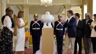 Friedenstaube zum Friedensabkommen: Der kolumbianische Präsident Juan Manuel Santos und seine Frau Maria Clemencia Rodriguez in Bogota bei der Enthüllung einer Skulptur zu Ehren des historischen Vertrags mit der Rebellengruppe Farc.
