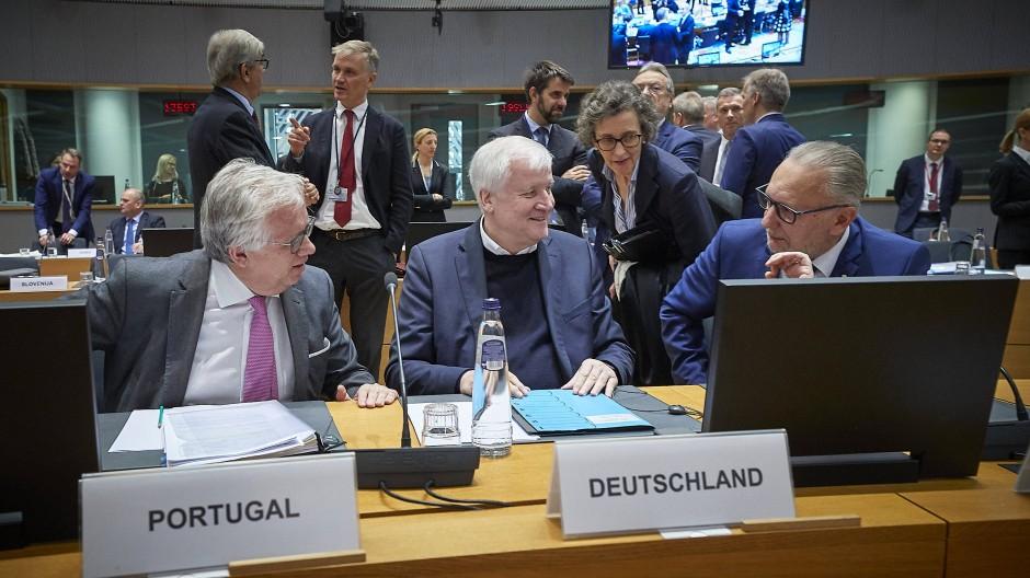 """""""Nahrung zum Nachdenken"""": Seehofer mit den Innenministern von Portugal (links) und Eduardo Kroatien (rechts)"""