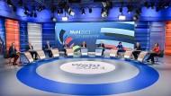 Die Spitzenkandidaten der Parteien mit Markus Söder und den Leitern der Berliner Hauptstadtstudios Tina Hassel (ARD) und Theo Knoll (ZDF)