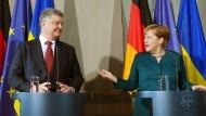 Merkel stellt Ukraine neue Friedensgespräche in Aussicht