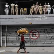 Ein Obdachloser vor einem geschlossenen Laden in Sao Paulo