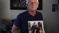 Zornig auf Trump: Der trauernde Vater William Owens mit einem Foto seines im Jemen gefallenen Sohnes William Ryan.