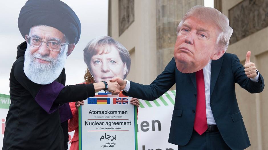 No Deal: Als Religionsführer Ali Chamenei (l-r), Angela Merkel und Donald Trump verkleidete Schauspieler bei einer Anti-Kriegs-Demonstration in Berlin