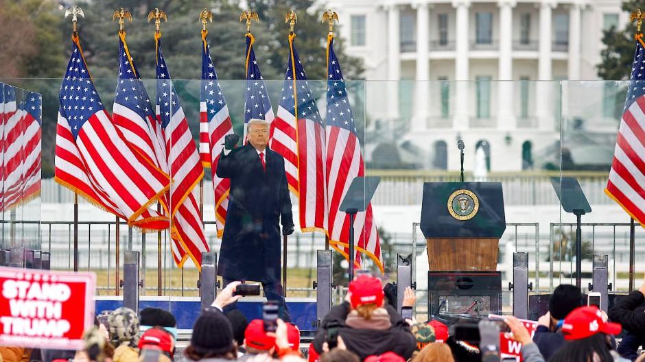 Mit erhobener Faust: Donald Trump ruft seine Anhänger am 6.Januar zum Marsch zum Kapitol auf.