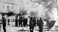 Kriegsverbrechen: SS-Soldaten am 10. Juni 1944 in der griechischen Stadt Distomo kurz nach dem Massaker an 218 Zivilisten.