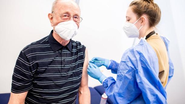 Politiker wollen Impfwillige belohnen