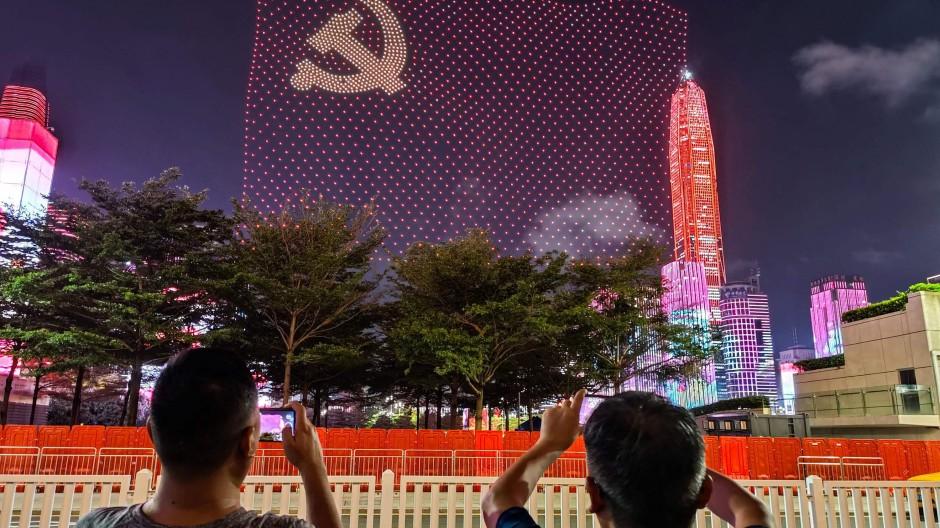 Die Kommunistische Partei in China feierte Anfang Juli ihren 100. Gründungstag. Passanten in Shenzhen haben das Feuerwerk auf ihren Smartphones festgehalten.