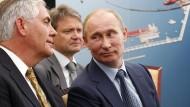Kennen und verstehen sich: ExxonMobil-Chef Rex Tillerson (li.) und Russlands Präsident Wladimr Putin bei einem Treffen 2012.