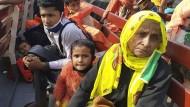 Rohingya-Flüchtlinge am Freitag auf dem Weg nach Bhasan Char