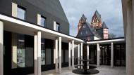 Sorgte für einen Finanzskandal: Die vom ehemaligen Bischof Tebartz-van Elst in Auftrag gegebene Bischofssitz gegenüber des Limburger Doms.
