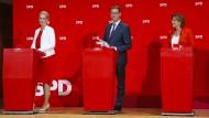 Eine Partei sieht rot: Die kommissarischen Parteivorsitzenden der SPD bei ihrer Pressekonferenz am Wahlabend