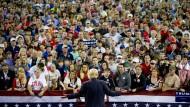 Donald Trump gibt seinen weißen Zuhörern Vorwahlversprechen (im Februar in Valdosta, Georgia)