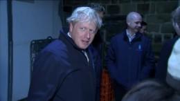 Johnson flieht vor Reporter in den Kühlschrank