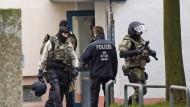 Knapp entkommen: Spezialkräfte der Polizei nach Erstürmung der Wohnung in einem Chemnitzer Plattenbauviertel.