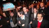 "So sehen Wahlsieger aus: Hamburgs Genossen feiern in der ""Fabrik"" in Altona."