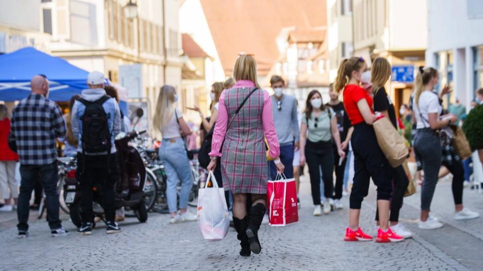 Früher normal, in der Pandemie umstritten: Menschen kaufen in der Tübinger Altstadt ein.