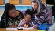 Eine Frau aus Nigeria mit ihrem Kind bei einem Frauensprachkurs in Eppingen/Baden-Württemberg