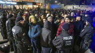 Silvesternacht 2016/17: In Köln umringen Polizisten vor dem Hauptbahnhof eine Gruppe von Männern, die sie für Nordafrikaner halten.