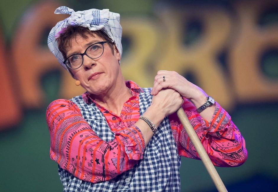 """Annegret Kramp-Karrenbauer 2019 als """"Putzfrau Gretel"""" bei der Saarländischen Narrenschau"""