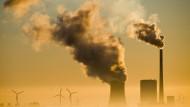 Wie lange noch gibt es ein Nebeneinander von fossilen und erneuerbaren Energieträgern? Das Kohlekraftwerk Mehrum und Windräder produzieren in Niedersachsen Strom.