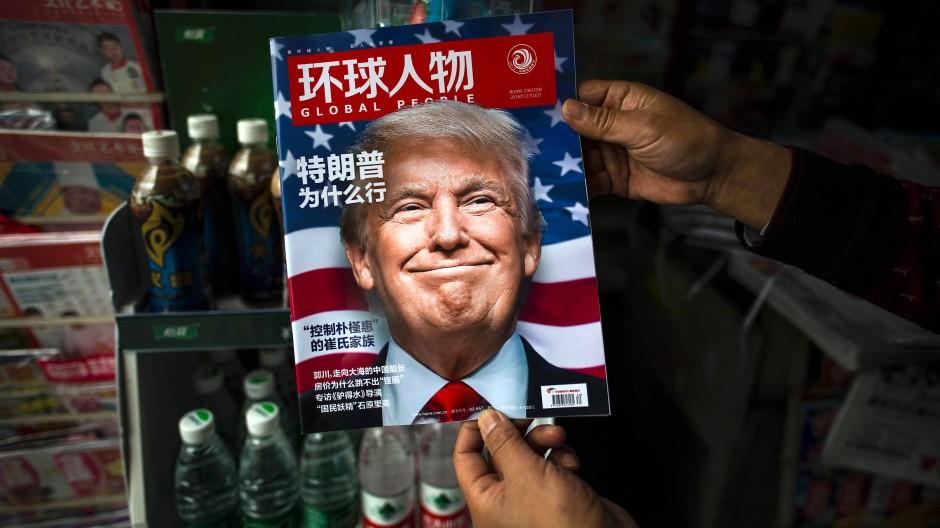 An einem Kiosk in Schanghai: Donald Trump macht auch in China Schlagzeilen.