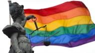 Frankfurt: Eine Regenbogenfahne, Symbol der Homosexuellenbewegung, weht hinter der Bronzestatue der römischen Göttin der Gerechtigkeit, Justitia.