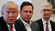 Donald Trump spricht, PayPal-Mitgründer Peter Thiel und Apple-CEO Tim Cook hören zu.